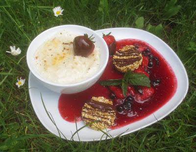 Vegane Vanille-Mandel-Mousse mit Beerenkompott und Amaranth-Schoko-Crunch