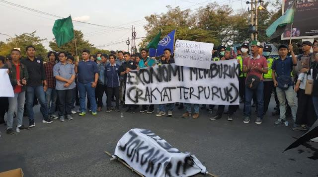 Demo Mahasiswa di Surakarta Hadirkan 'Keranda' Jokowi
