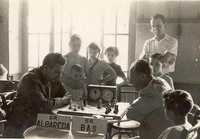 Partida Albareda-Bas en el II Torneo Nacional de Ajedrez de La Pobla de Lillet 1956 (tablero de ajedrez obra de arte y una reliquia de reloj)