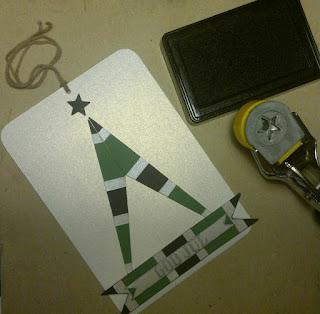 På dette tag blev det til et juletræ opbygget på en lidt  utraditionel måde og et banner med teksten God Jul