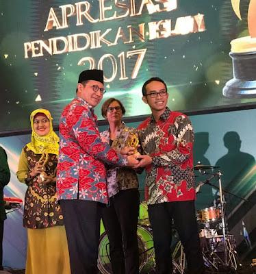 Ahmad Muhibbuddin menerima penghargaan dari Menteri Agama Republik Indonesia Lukman Hakim