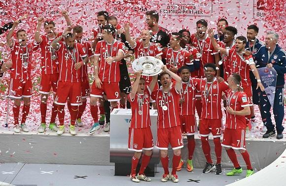 Pelatih Bayern Munchen ikut merayakan kemenangan tim mereka