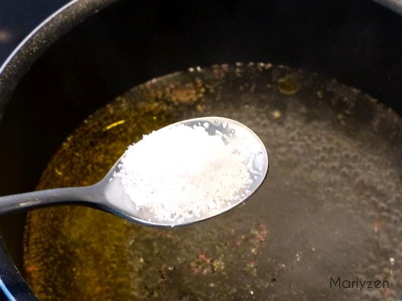 Eau, huile, sel et poivre.