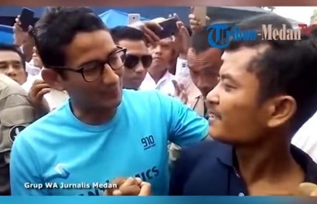 Sandi Peluk Pendukung Jokowi yang Pasang Poster 'Penolakan' di Pasar Pinang Sumut