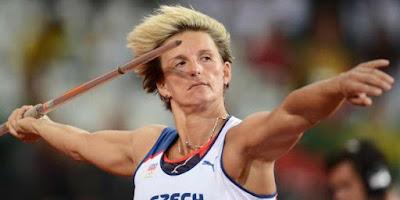 Atlet lempar lembing yang sedang melempar lembing