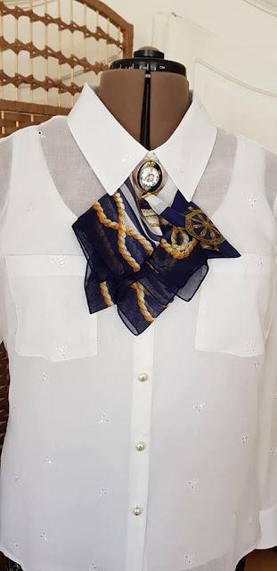 332f680bf685a0 Jedwabna apaszka zebrana srebrna broszka z bialym krysztalem gorskim  stanowi bardzo elegancka wersje dekoracji bluzki pod szyja.