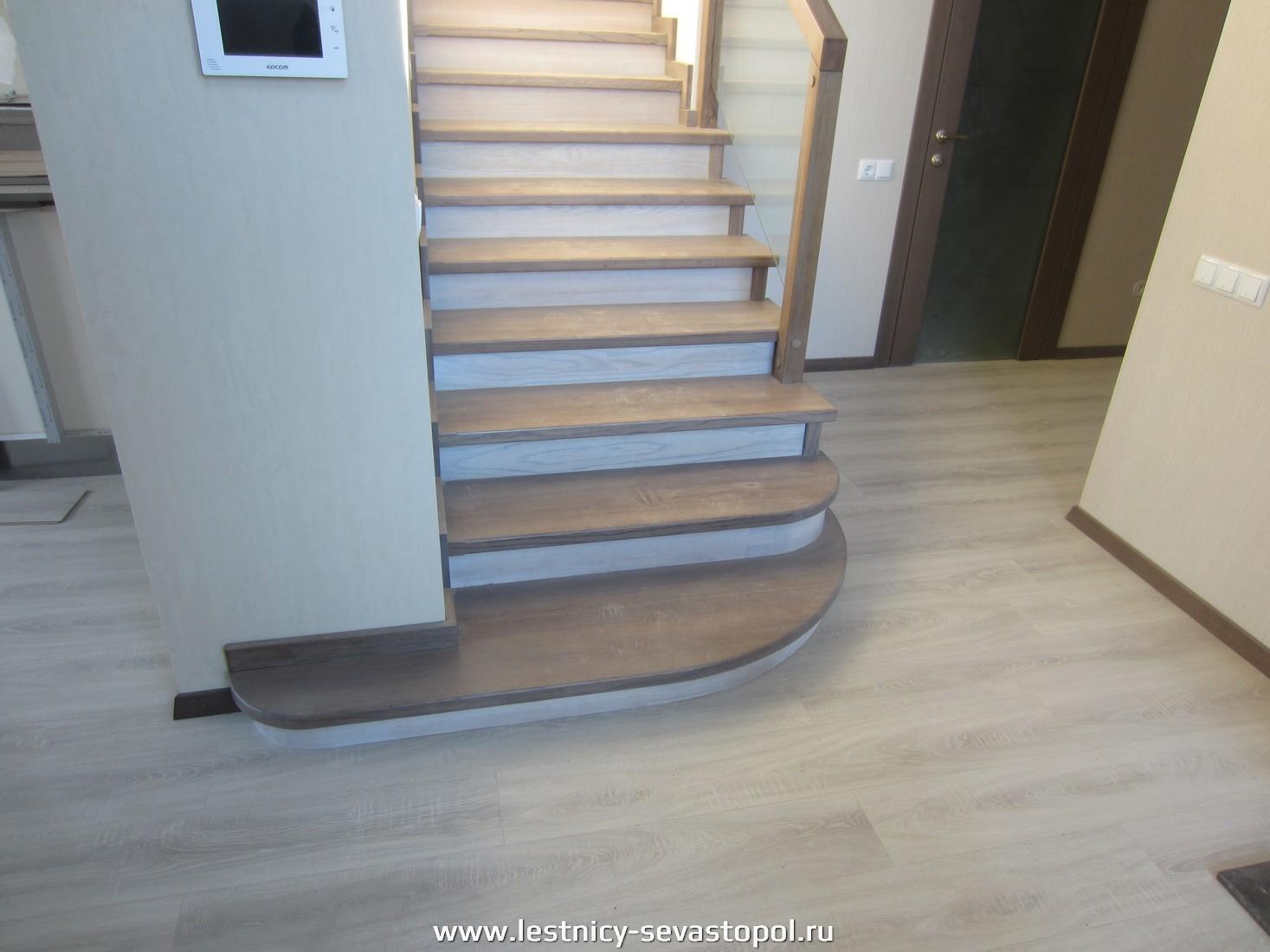 Лестница деревянном каркасе
