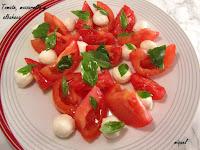Ensalada de tomate, mozzarella, albahaca y AOVE de esencia de Albahaca
