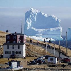 Iceberg com mais de 45 metros está flutuando pelo Canada e é 15 metros maior do que o que afundou o Titanic