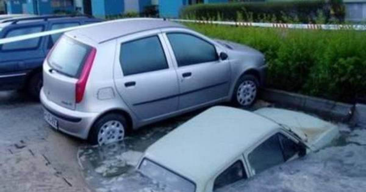 20 Pictures Of People Who Were Truly Unlucky - The car just drowned, I guess!