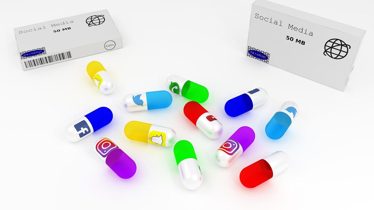 Tabletki, a na każdej z nich logo różnych portali społecznościowych