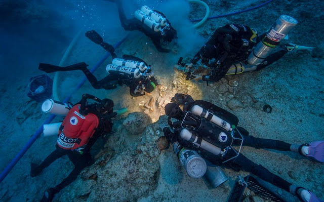 Diving down to the Antikythera shipwreck