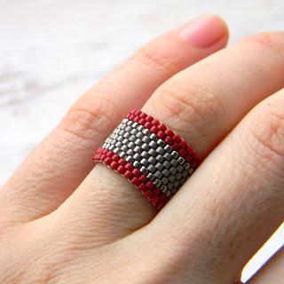 Бордовое с серым кольцо из бисера - стильное кольцо на каждый день