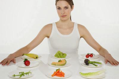 mujer con platos saludables sobre la mesa