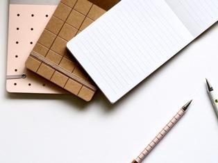 quaderno con penna per compiti di italiano