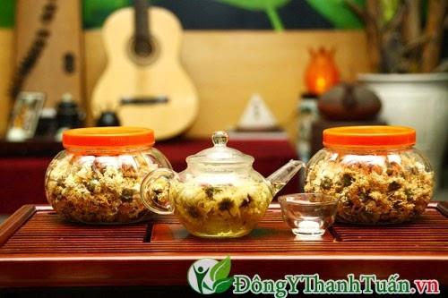 Uống trà hoa cúc lúc ấm nóng điều trị bệnh viêm xoang hiệu quả