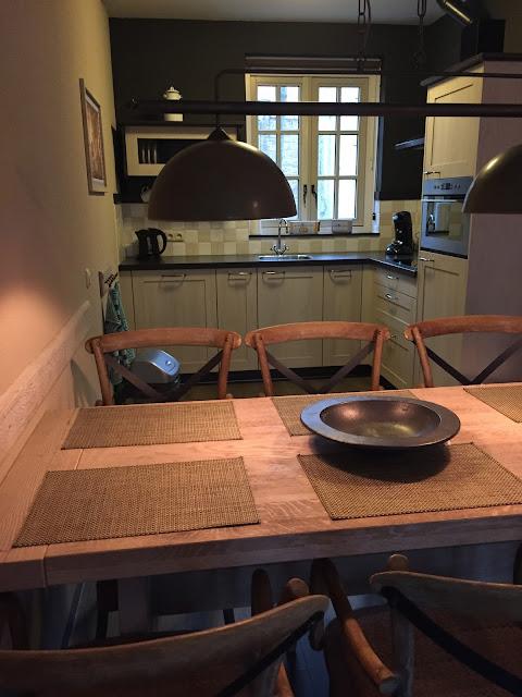 esstisch mit küche im ferienhaus