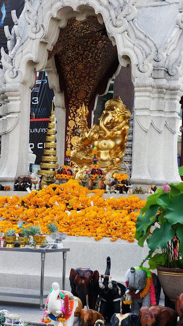 Изображение вида на Алтарь Эраван в Бангкоке