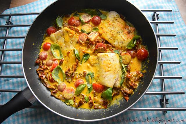 Dorsz w sosie śmietanowym z dodatkiem kurkumy z suszonym pomidorem, bazylią i pomidorkami