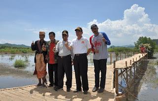 Foto bersama Wagub NTB di trekking ekowisata mangrove Bagek Kembar