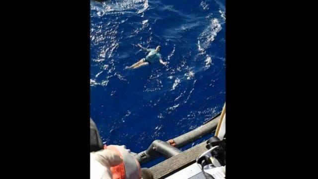 Γερμανός τουρίστας επιβίωσε για ώρες στον ωκεανό κάνοντας σωσίβιο το... τζιν του