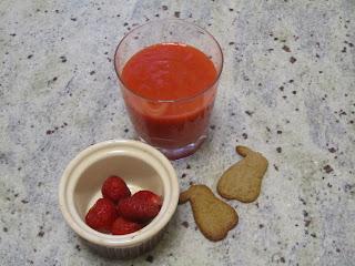 Smoothie mangue fraises accmpagné de fraises et de petits biscuits
