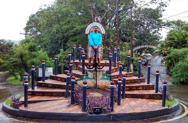 Um monumento paraguaio próximo à ponte da Amizade.