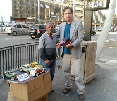 Milton Cruz e Jean Tosetto na esquina da Avenida Paulista com a Rua Haddock Lobo em São Paulo. (foto: Anibal Tosetto)