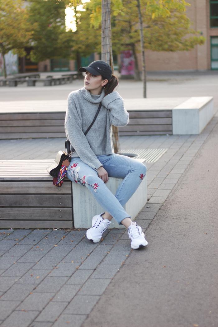 Herbst Outfit weiße sneaker nike