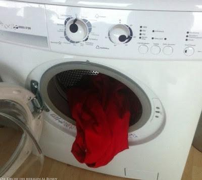 Lustige Waschmaschine mit Augen, Mund und roter Zunge