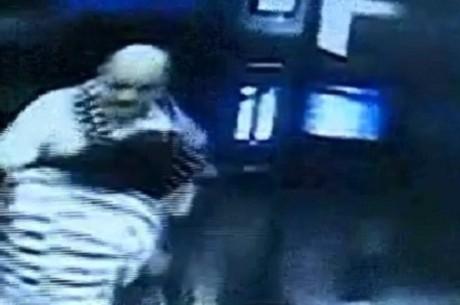 Um homem foi flagrado agredindo sua ex-funcionária e roubando todo o dinheiro da rescisão de seu contrato, em Curitiba (PR). A agressão foi gravada por câmeras de segurança de um elevador. O vídeo mostra a mulher e o homem entrando no mesmo elevador, logo depois de terem realizado o acordo demissional. Assim que a porta se fecha, Almir Souza, proprietário de um restaurante, se aproxima da vítima e começa a xingá-la. Depois, ele dá uma joelhada na ex-funcionária.