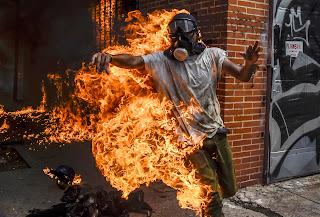 Un manifestante sufrió importantes quemaduras luego de la explosión del tanque de gasolina de una moto de la guardia chavista. Otro protestante fue embestido por un vehículo militar de las fuerzas bolivarianas