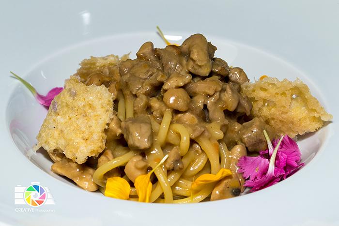 Spaghetti di grano duro, ragù di carni bianche e spugnole con chips di parmigiano 36 mesi
