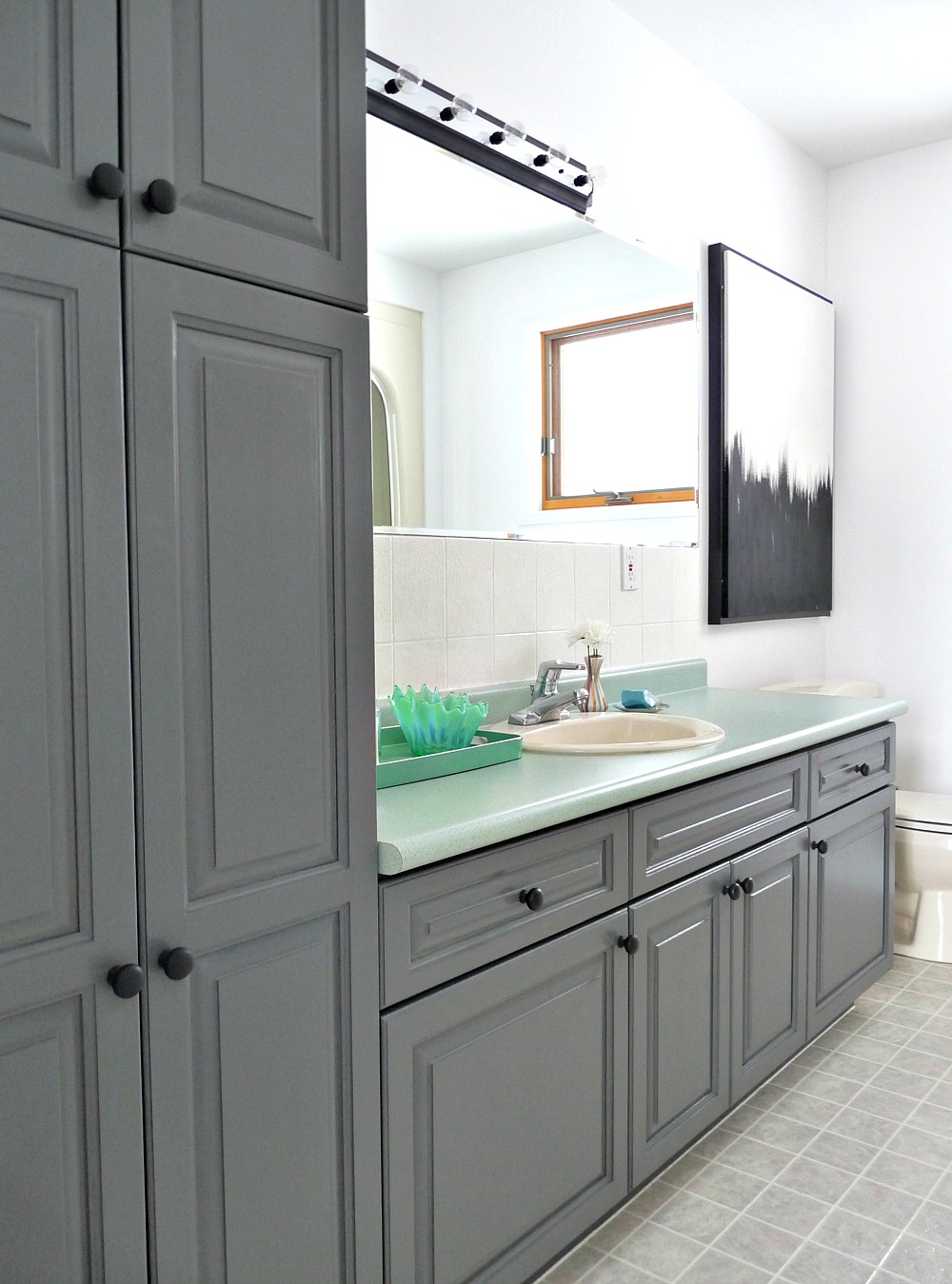 A Mid Century Modern Inspired Bathroom Renovation Before After Dans Le Lakehouse
