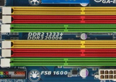 Contoh motherboard yang mendukung jenis RAM yang berbeda