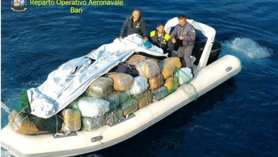 Speed Boat filled up with 1.5 tons of marijuana worth of $ 1.5 million stopped in Bari, two Albanian arrested