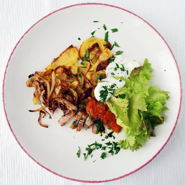 Gegrilltes Fleisch, Kartoffeln, Salat mit Ajvar | pastasciutta.de