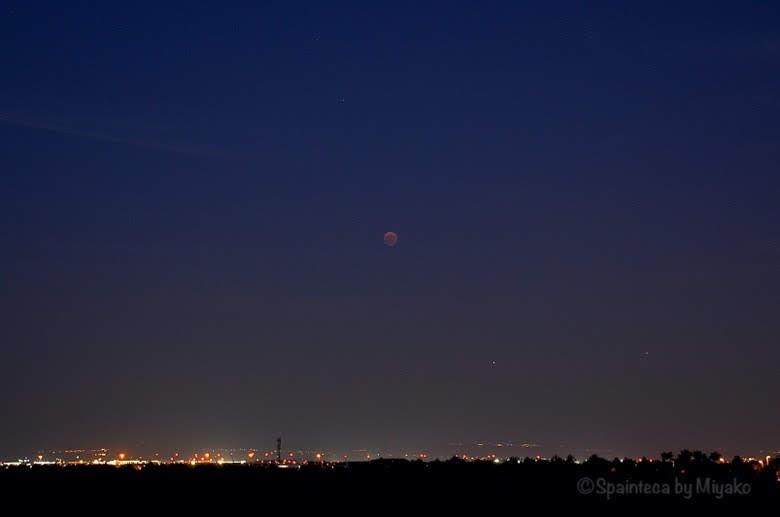 マドリードの郊外の空に浮かぶ皆既月食