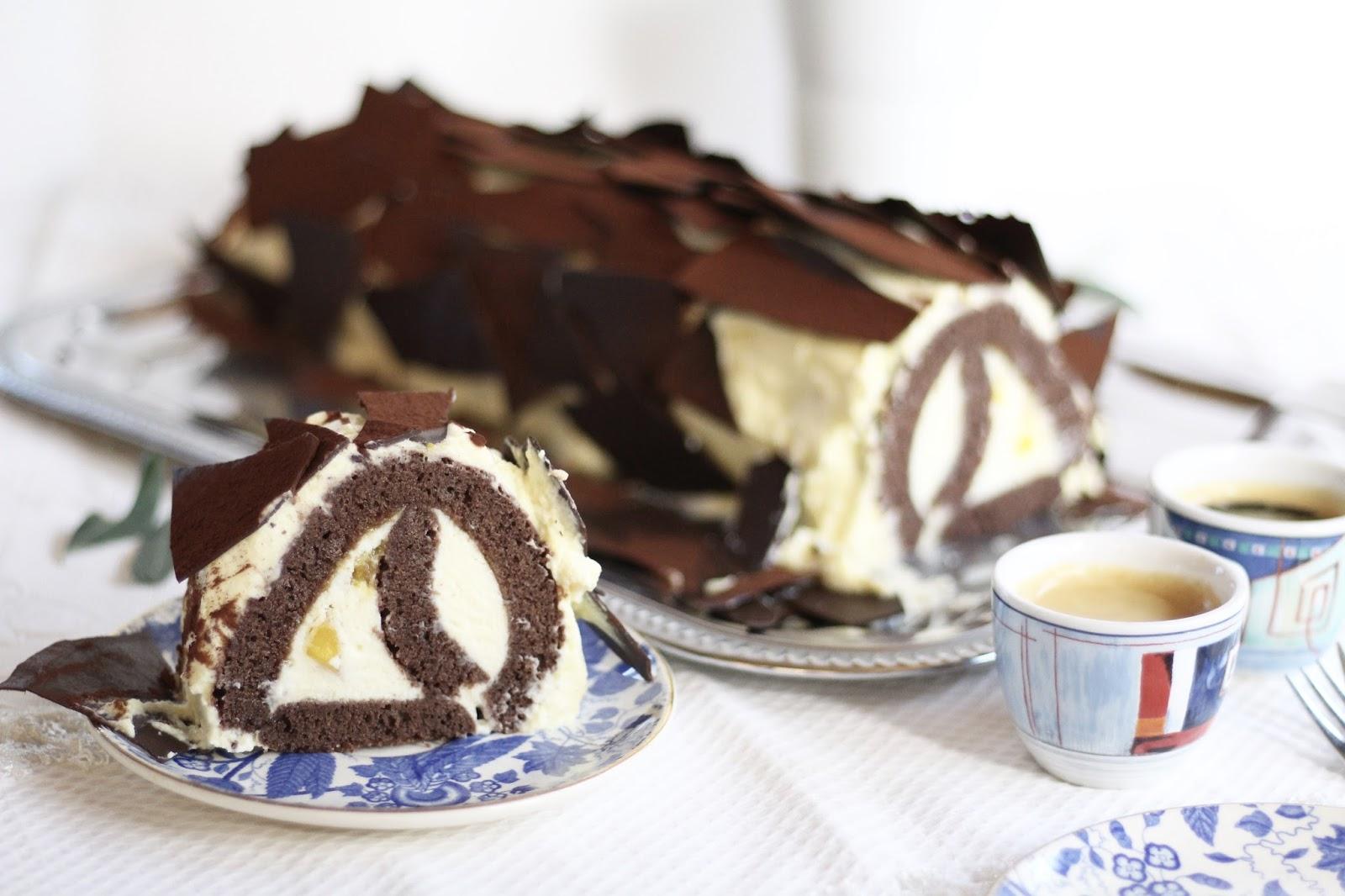 Schokoladen-Biskuit-Rolle mit Mangocreme