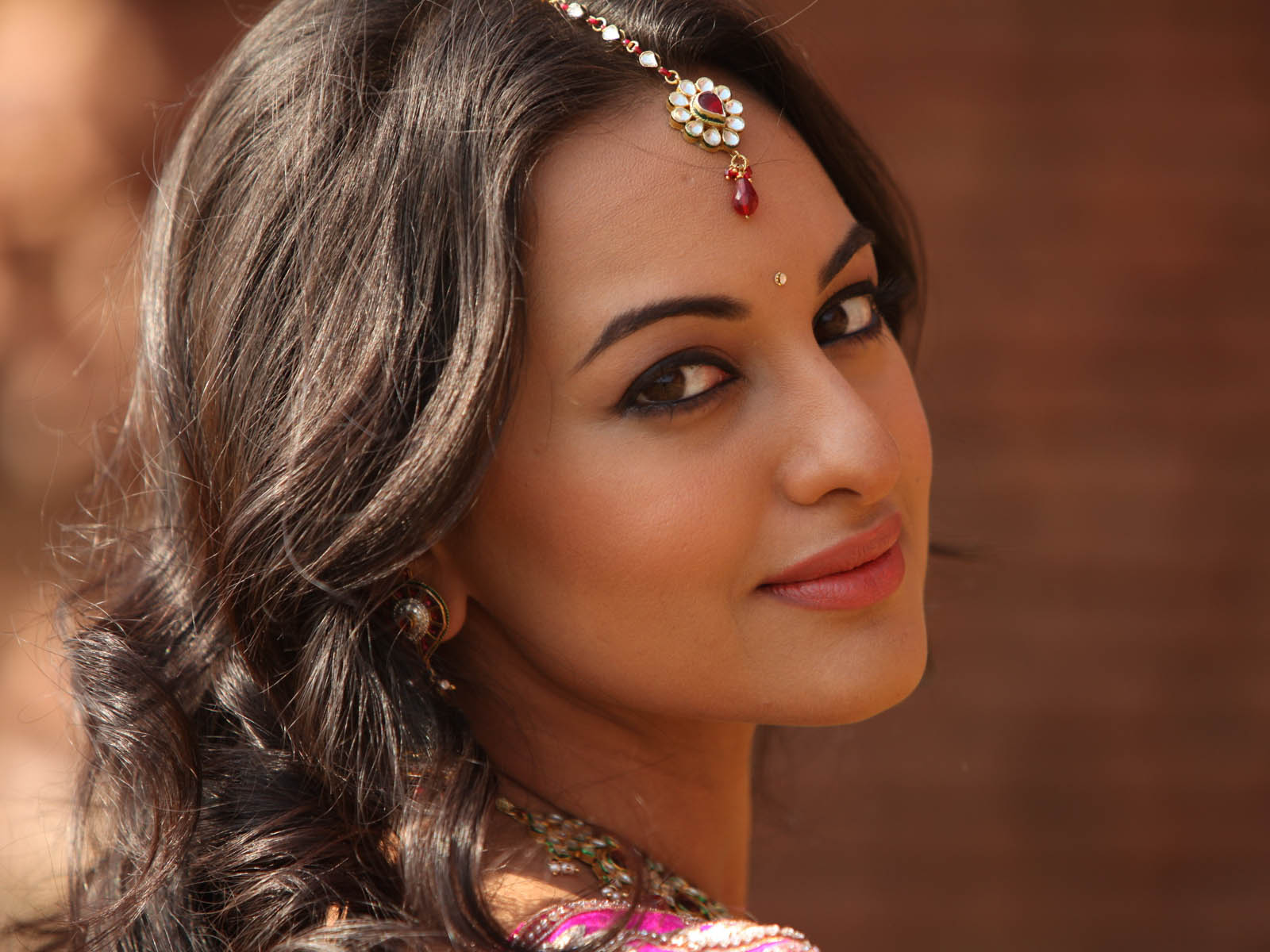 bollywood famous actress sonakshi sinha high definition wallpapers ...