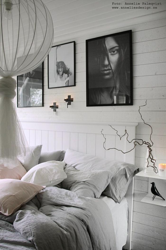 annelies design, webbutik, webbutiker, webshop, modellbild, modellbilder, tavlor, posters, svart och vitt, svartvit, svartvita, sängbord, detaljer, fågel, liggande panel, sovrum, sovrummet, väggljusstake, väggljusstakar,