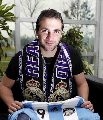 Gonzalo Higuain with an Argentinian shirt and a Real Madrid scarf