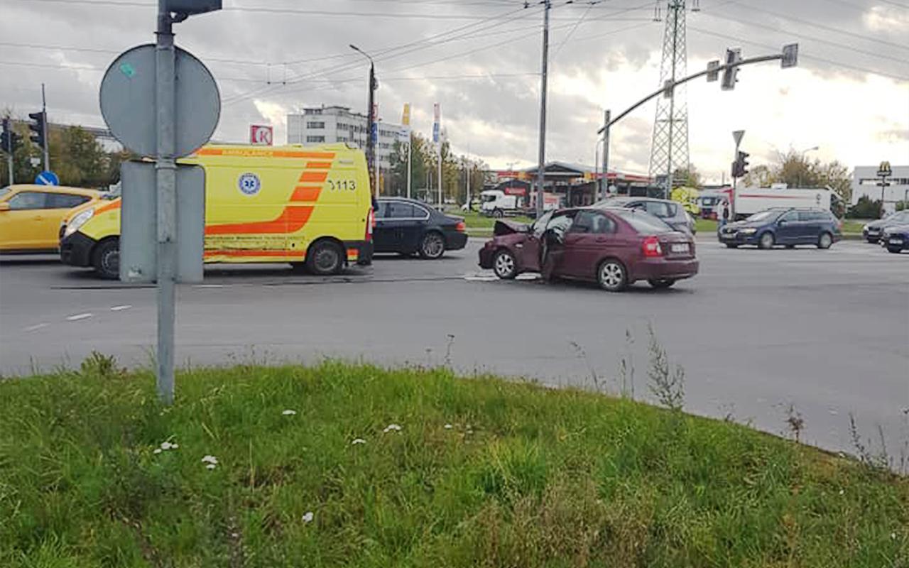 Vieglais auto ietriecās ātrās palīdzības mikroautobusā Pļavnieki Rīga Latvija 4
