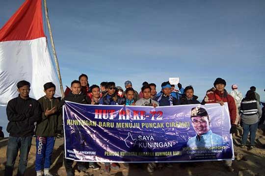 komunitas pendaki gunung gelar upacara di ciremai