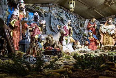 Año nuevo y navidad. Pesebre navideño. Niño Jesús, madre María, José, reyes magos, un pastor, el ángel, un burro y los corderos.