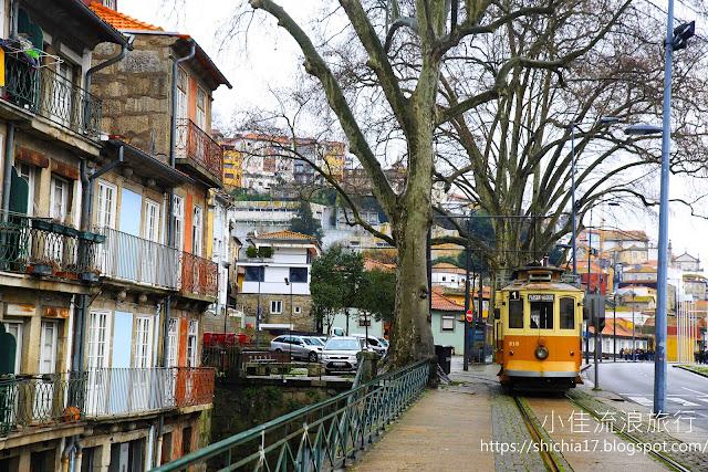 彩色房屋與復古電車