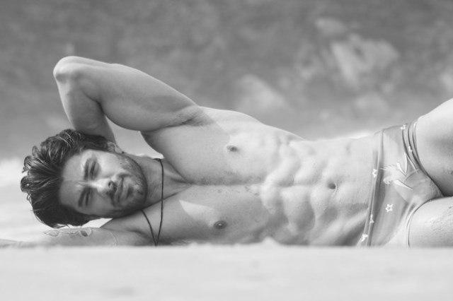 Foto de Renan do bbb16 em ensaio sensual na praia só de cueca