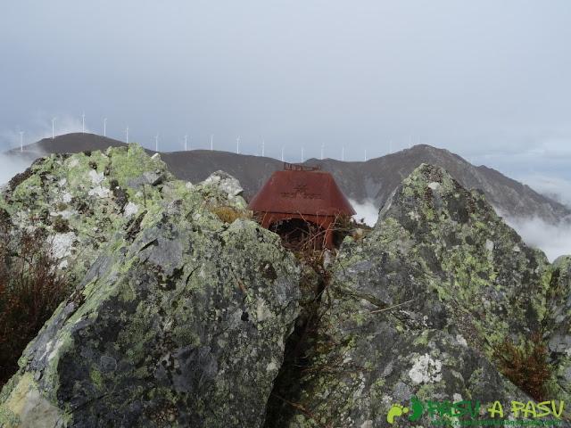 Ruta al Pico Castillo y la Rozada: Buzón de cima del Pico Castillo