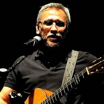 gambar Iwan Fals gitar kaos hitam