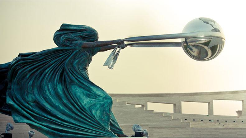 Increíble escultura muestra la Tierra como un juguete de la madre naturaleza